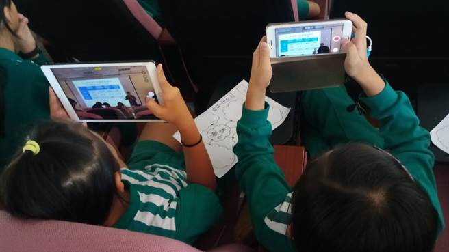 學童使用手機、平板進行拍攝。(銘傳大學提供)