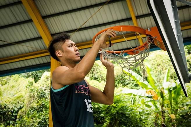 林志傑親自下場更換籃網的認真模樣。(YYsports提供)
