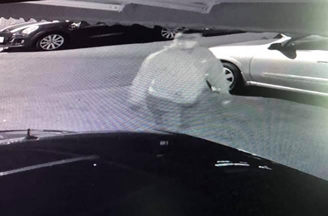 警方鎖定一名戴眼鏡、身材壯碩、平頭特徵的可疑對象。(翻攝自臉書「大里人聊天室」/黃國峰台中傳真)