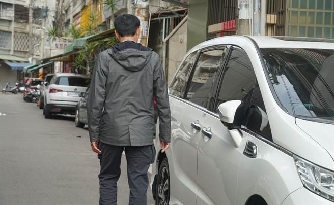 中市大里區亞洲街日前發生竊嫌沿街開停路邊車輛車門,尋找忘鎖車門的車輛,搜刮車內財物(情境畫面非當事人)。(黃國峰攝)
