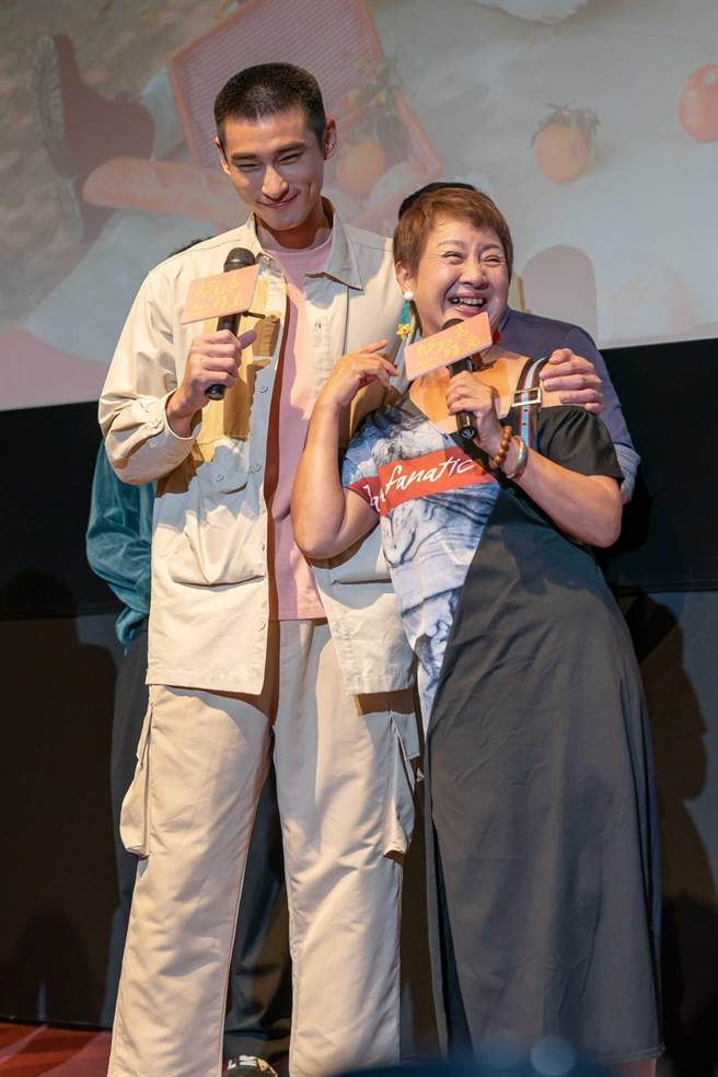 章廣辰與鮑正芳在劇中一起賣豬肉。(TVBS提供)