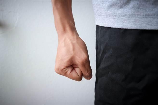 高雄市一位陳姓男子不滿按摩店小姐年紀太大,不願付帳外還意圖搶錢。(示意圖/Shutterstock)