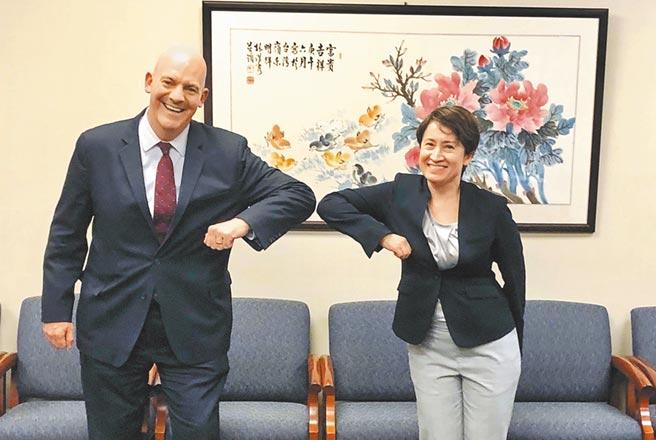 今年8月14日美國國務院政軍局助理國務卿古柏,與駐美代表蕭美琴會晤。雙方以「互碰手肘」方式打招呼。(摘自Cooper推特)