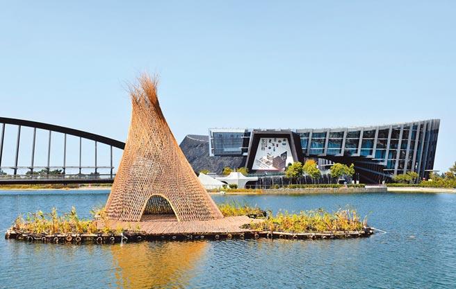 新興地域建築師甘銘源以大件竹編作品《忘筌.捨筏》呼應南院廣大的水域空間。(呂妍庭攝)