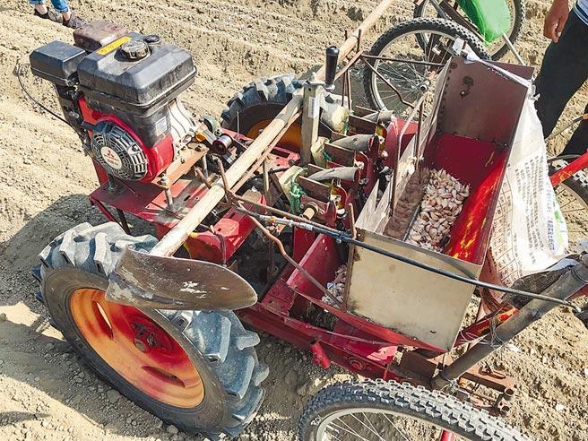 農機業者研發種蒜機,預計明年上市,一台要價40萬元,已有許多蒜農熱烈詢問。(周書聖攝)