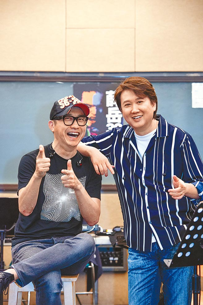庾澄慶(左)和周治平日前為紀念薛岳逝世30周年演唱會彩排。(中華音樂人交流協會提供)