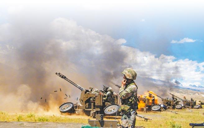 中印邊界衝突後,大陸解放軍西藏軍區組織部隊展開的陸空聯合拔點戰鬥演練。(取自微博@解放軍報)