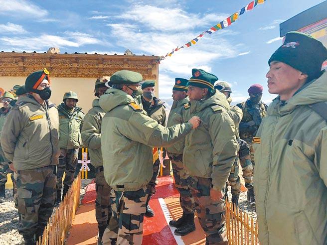 印度軍隊拉達克東部前線士兵接受將軍視察。(取自印度國防部新聞推特)