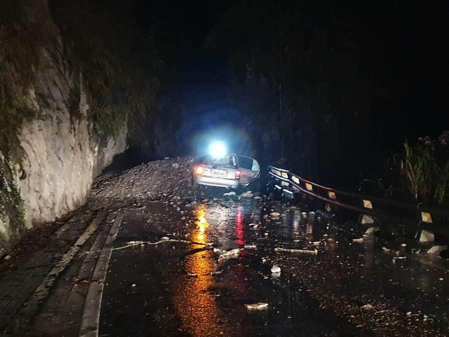 台東南橫公路發生落石砸中自小客車,造成2人受輕傷。(民眾提供)