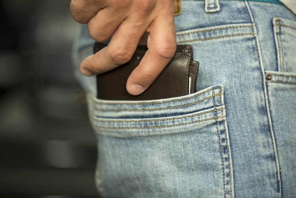 兒偷抽菸抓不到證據 老爸掏百元秒抓包全場超佩服(示意圖/達志影像)