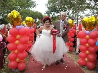 隱姓埋名數10年 阿公終取得身分證將癌末老伴娶進門