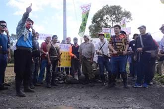 大型養牛場悄悄進駐 太巴塱部落族人徒手封路抗議