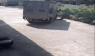 貨車司機迴轉輾過狗秒閃人 被抓包聽手術費6萬冷回網怒了
