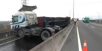 貨櫃翻覆西濱鹿港匝道 聯結車頭折甘蔗、駕駛毫髮無傷