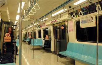 真的有乘客坐上面 捷運車廂驚見「國王的座位」
