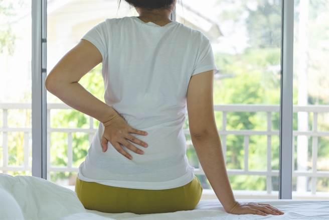 腎臟功能不佳的人,常會因腎絲球過濾速率下降或血清蛋白降低引起滲透壓不夠,而造成水腫。(達志影像/shutterstock)