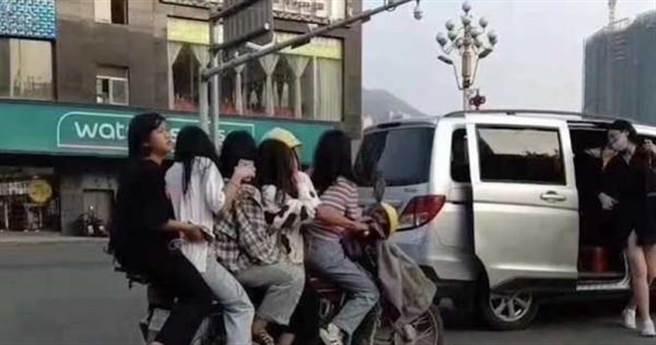 男騎士一口氣載了5名嫩妹,畫面引發網友熱議。(圖/翻攝自時間視頻)