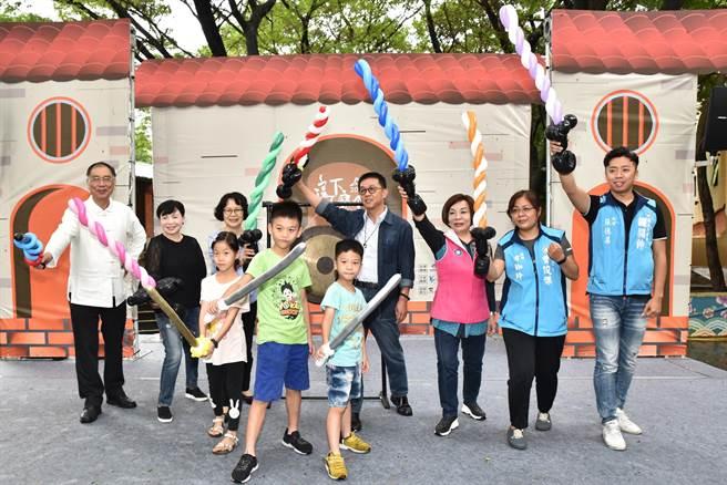 高雄市客家事務委員會7日上午在新客家文化園區舉行「這下做麼个」系列活動,高雄市議員童燕珍(後排右三)與民進黨立委許智傑(後排中)等人參加,眾人拿氣球做成的劍比劃,充滿童趣。(林瑞益攝)