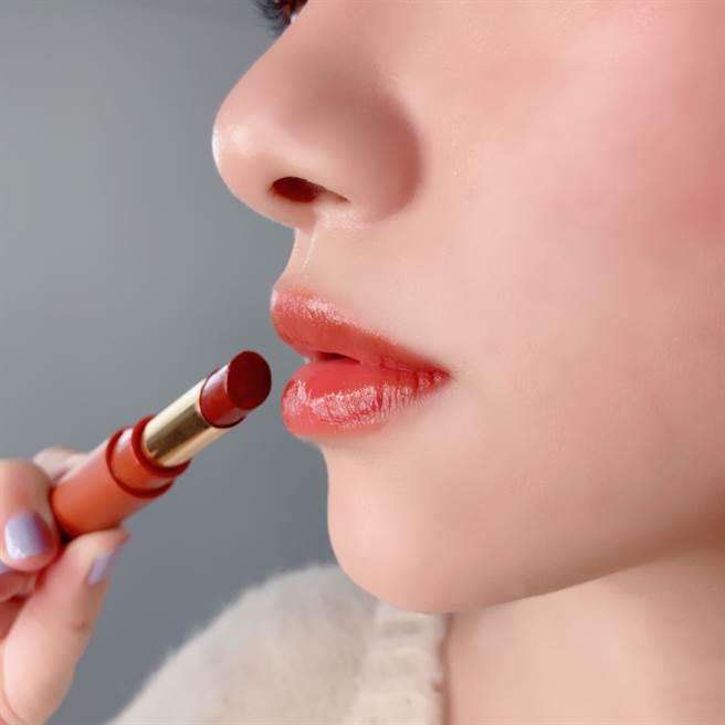 艾杜紗東京輕吻染唇膏打造水潤Q彈的唇妝。(圖/邱映慈攝影)
