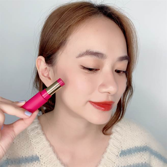 艾杜紗巴黎女伶打亮棒/頰彩棒給妳自然好氣色。(圖/邱映慈攝影)