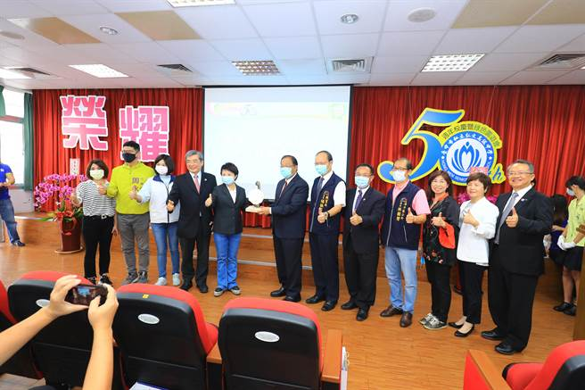 弘文高中50周年校慶活動,台中市長盧秀燕出席表揚傑出校友。(陳淑娥攝)