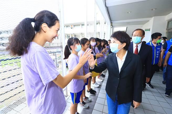 弘文高中50周年校慶活動,台中市長盧秀燕受到學生熱情歡迎。(陳淑娥攝)