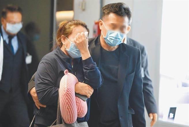 24歲長榮大學馬來西亞籍遇害女生父親在家鄉砂拉越州遭冒名借錢。圖為鍾女雙親(見圖)日前抵台辦女兒後事。(資料照片 陳麒全攝)