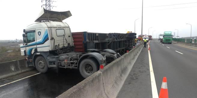 聯結車自撞翻覆後,曳引車頭當場形成「折甘蔗」狀。(消防局提供/謝瓊雲彰化傳真)