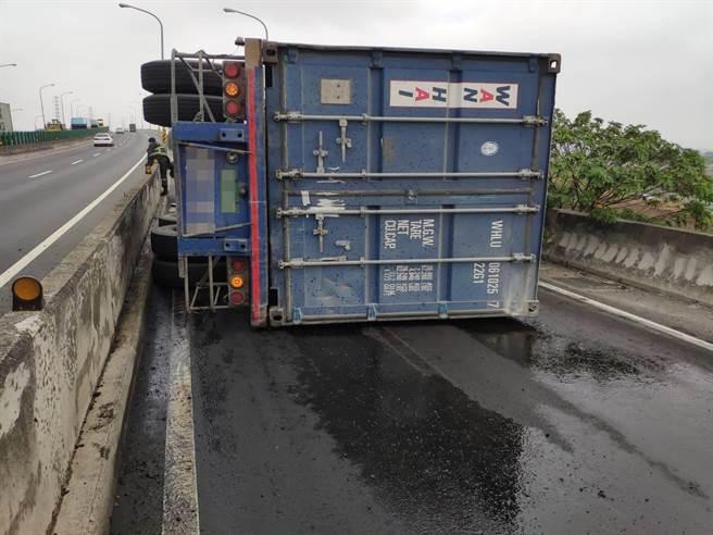 聯結車載運的貨櫃翻覆至交流道出口匝道路面,阻斷車輛通行,所幸駕駛並未受傷,自行下車脫困。(消防局提供/謝瓊雲彰化傳真)