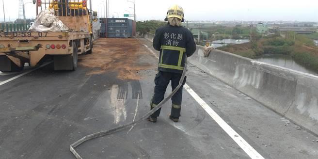 警消獲報到場,協助排除事故。(消防局提供/謝瓊雲彰化傳真)