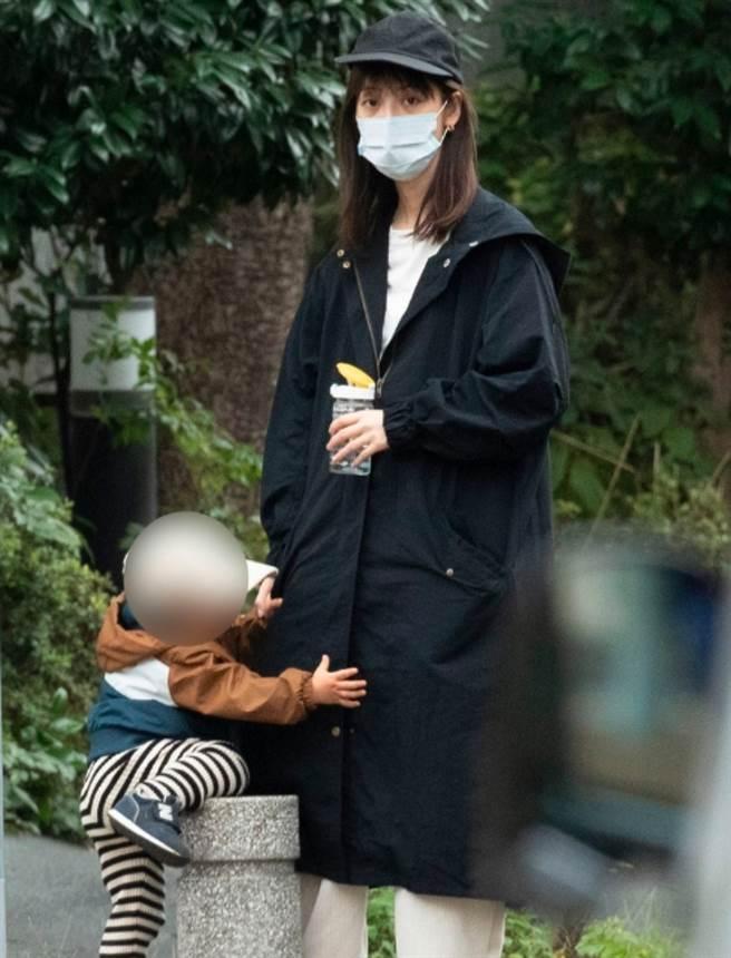 佐佐木希一肩扛起家計,家庭事業兩頭燒,先前才被拍到老態模樣,近日帶小孩出門又憔悴身影。(圖/ 摘自日網)