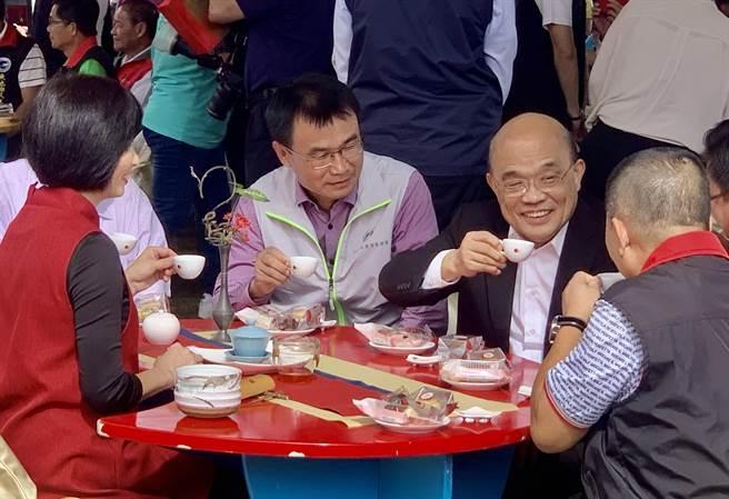 行政院長蘇貞昌(右),7日到南投,品嘗日月潭紅茶。(廖志晃攝)