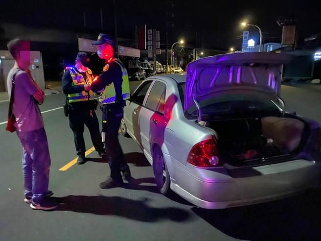 警方在車上查獲9支笑氣鋼瓶,訊後移送環保署裁罰。(翻攝畫面/李俊淇新北傳真)