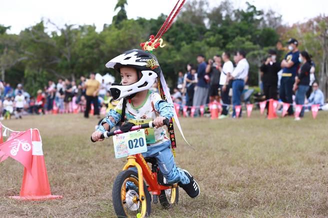台灣自行車節-台中自行車嘉年華Bike Taiwan7日在都會公園登場,小騎士活力十足。(盧金足攝)