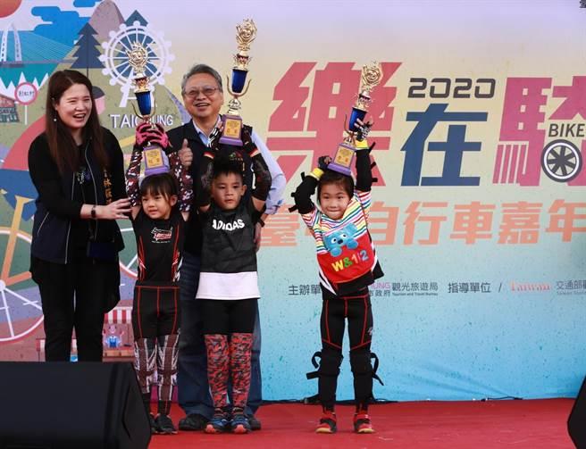2020台中自行車嘉年華7日熱鬧登場,親子瘋Push Bike競賽high翻全場。(盧金足攝)
