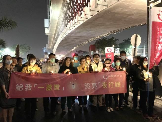 勵馨基金會7日晚間在馬國女大生遇害路段,舉辦「終止性暴力,還我夜行權」活動,與民眾拿著蠟燭、手電筒齊聚點亮便道,用行動譴責性暴力。(李宜杰攝)