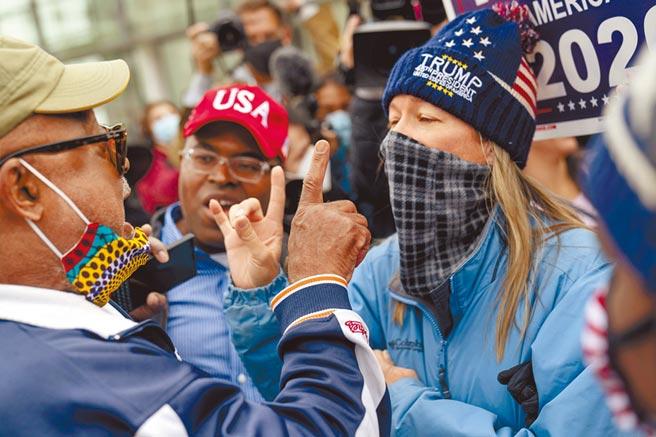 在密西根州底特律懸而未決的關鍵區,大批川粉在計票中心外抗議,高呼「停止偷走選舉」,並與主張「每張票都要算數」的拜登支持者激情互嗆。(美聯社)