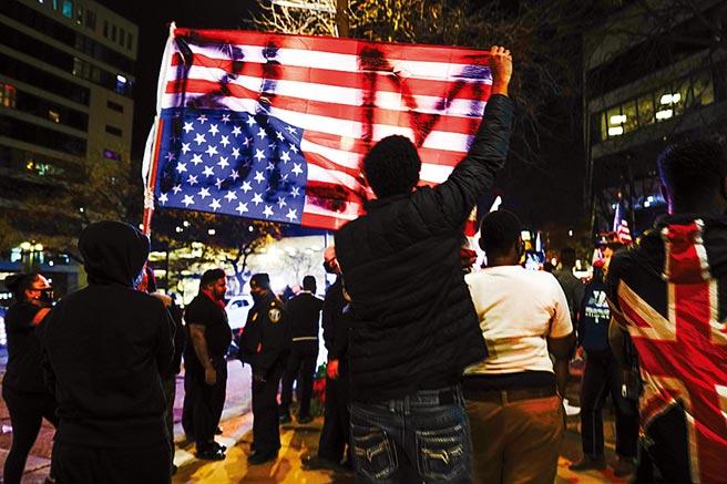 美國總統大選結果仍未出爐,全世界都關注。圖為美國民眾上街頭力挺自己支持的候選人。(路透)