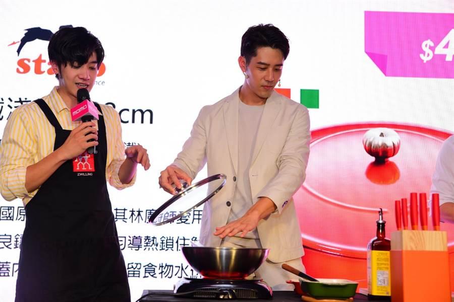 胡宇威展现厨艺。(momo提供)