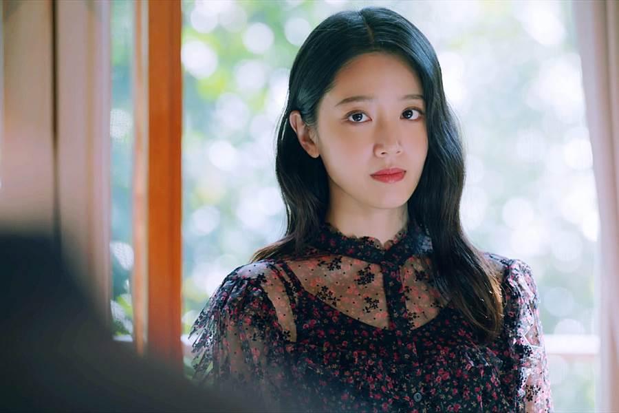 《王牌辩护人》黄薇渟饰演亮丽的演艺圈女星。(东森提供)