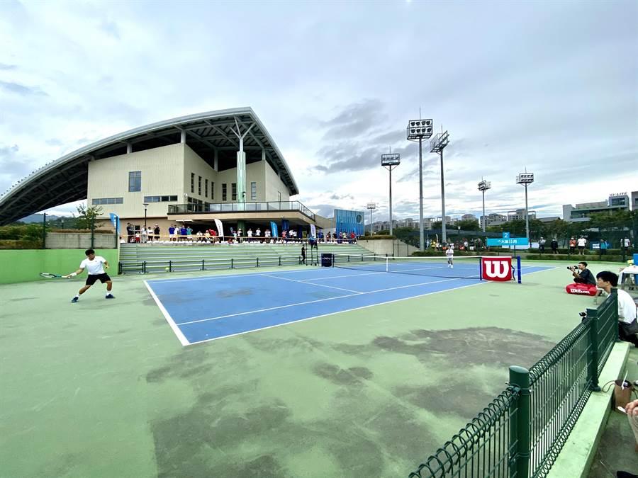 台中市國際網球中心比照奧運比賽規格建造,規模中部最大、設備也最完善,吸引網球好手較勁。(盧金足攝)