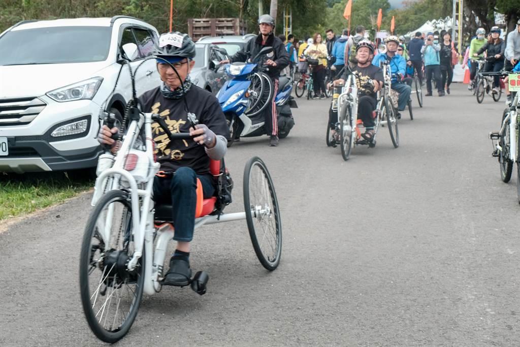 竹县单车约会PA活动,身障者组成的「手摇车队」最受瞩目。(罗浚滨摄)