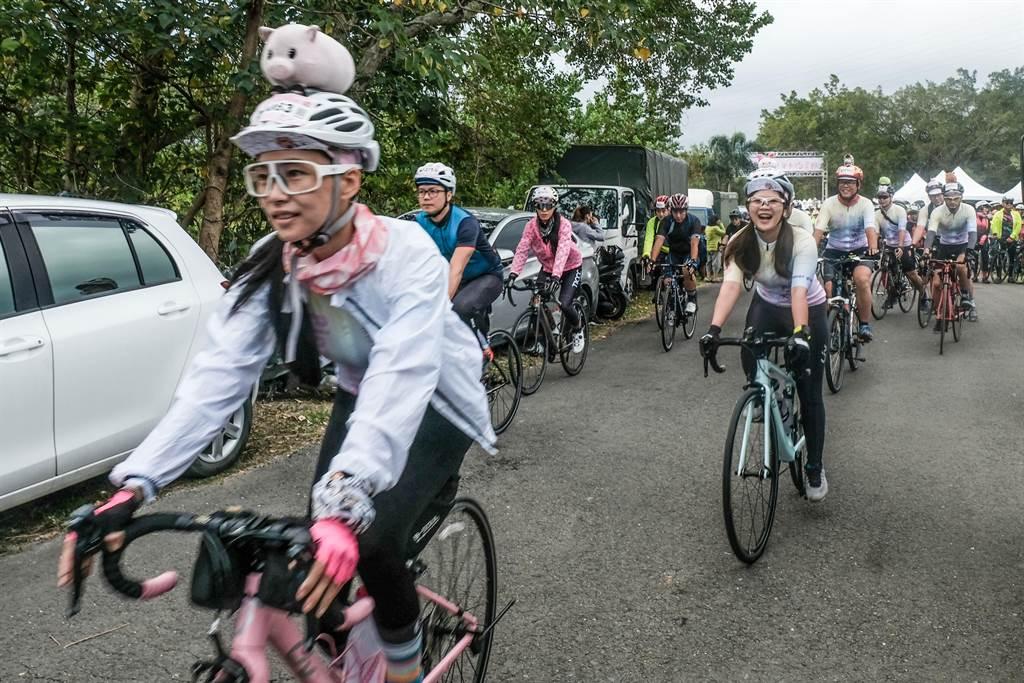 竹县单车约会PA活动,车友在帽子上做装饰,让大家一目了然知道是同车队。(罗浚滨摄)