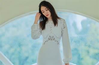 李小冉鏤空白裙再現凍齡水蛇腰 44歲輕熟穿搭引熱議