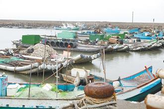 防外圍環流掀強浪 雲林漁船返港