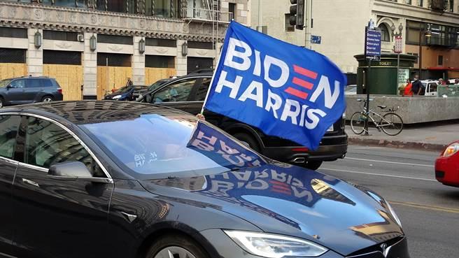 美國總統大選7日大勢底定,洛杉磯數以千計的拜登支持者在市中心組成遊行車隊慶祝,喇叭聲不絕於耳。(圖/中央社記者林宏翰洛杉磯攝 109年11月8日)