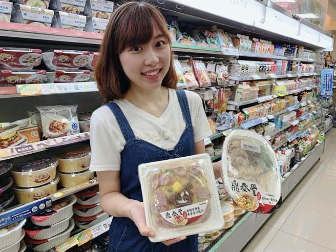 全家宣布跟鼎泰豐合作推出三款聯名鮮食,有炒飯、炒麵、烤飯糰,都是鼎泰豐店內吃不到的獨家產品。(圖/劉馥瑜)