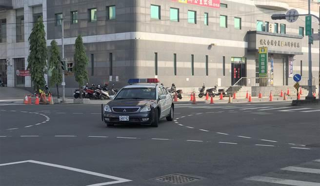 一輛巡邏警車日前行駛在岡山市區,在左轉時遲打方向燈,經民眾舉發,岡山警分局已依規定開出1200元罰單。示意圖,非當事人車輛。(林瑞益攝)