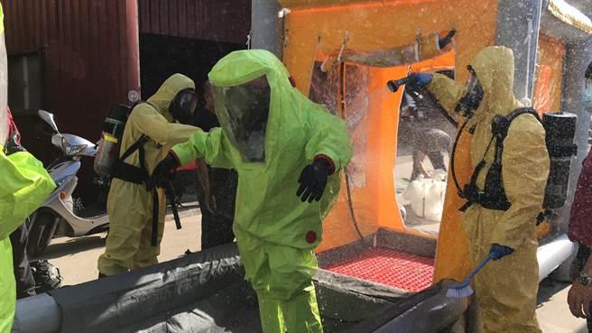 縣消防局辦理化學災害搶救基礎班,讓救災人員學習化災器材應用,以保障自身安全。(新竹縣消防局提供/羅浚濱新竹傳真)