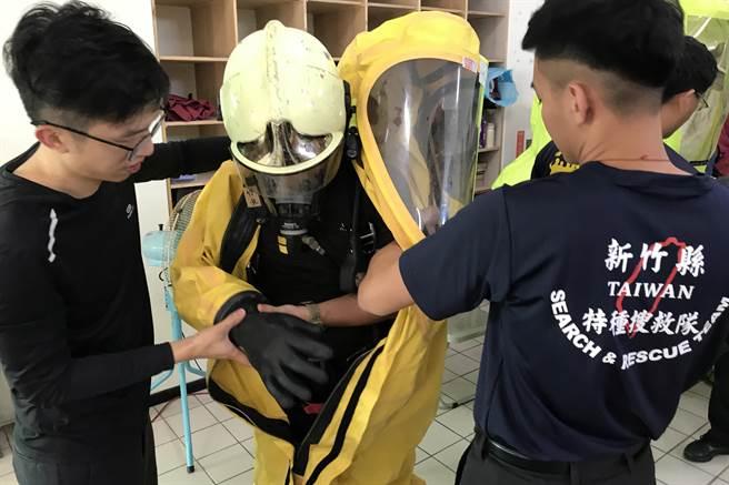 縣消防局辦理化學災害搶救基礎班,救災人員學習正確穿著防護衣。(新竹縣消防局提供/羅浚濱新竹傳真)